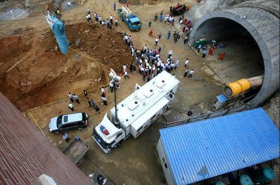 大连在建隧道发生坍塌12人被困