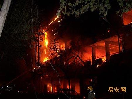 失火原因是外围电路起火,所以影院内的观众疏散及时.