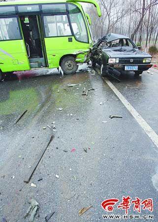 王智/中巴车推着轿车前行20米才停下,留下一路碎片。