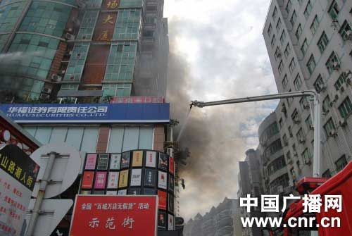 福建龙岩19层高楼火灾百余人获救