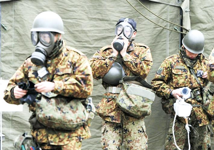 留守在福岛核电站的志愿者佩戴防护面罩(图片源自百度网)