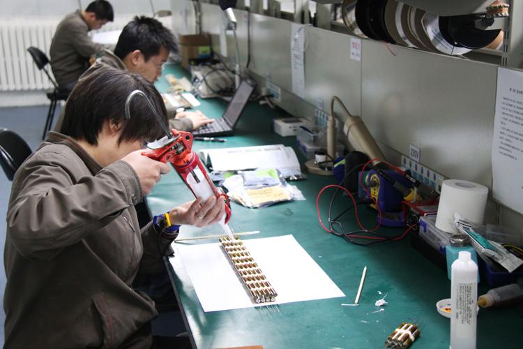 在总装部车间,孙华山在生产线旁的安全信息展板处频频驻足,认真查阅